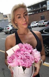 Rasa Vilkienė su gėlėmis dėžutėje