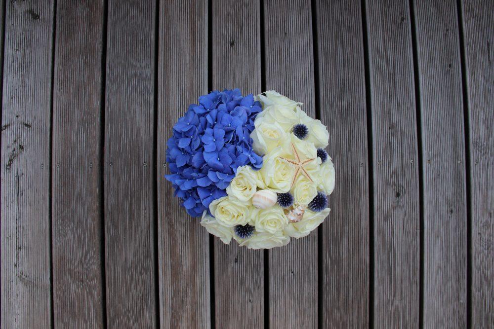 Mėlynos hortenzijos ir baltų rožių dėžutė
