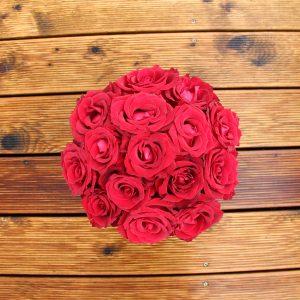 Raudonų rožių juoda dėžutė