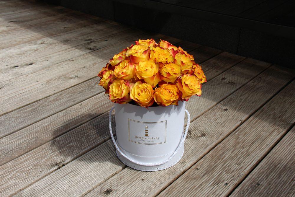 Geltonai raudonų rožių dėžutė
