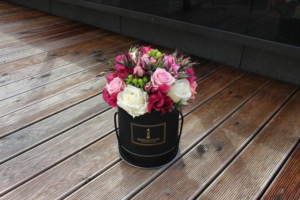 Rožių ir eustomų juoda dėžutė