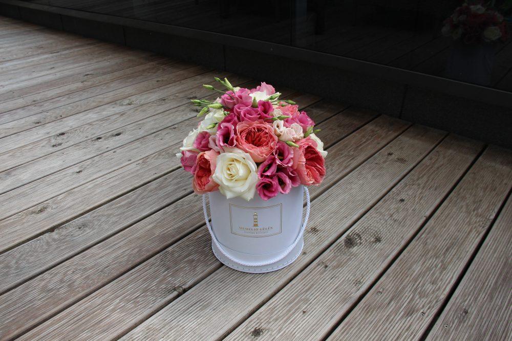 Rožių ir eustomų balta dėžutė