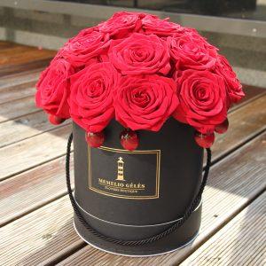 Raudonų rožių dėžutė su vyšniomis